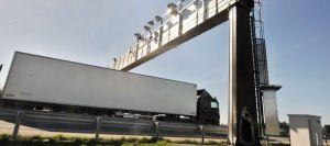 un-camion-passe-sous-un-portique-ecotaxe-endommage-par-un-incendie-en-mars-2014-en-bretagne_4917885